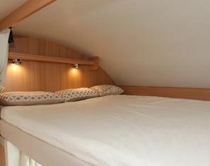 Blick aufs große Alkoven-Bett